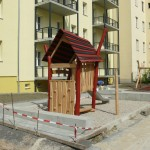 Nahezu fertiggesteller Außenbereich mit Klettergerüst, Rutsche und Schaukeln hinter der Bahnhofstraße 34-36
